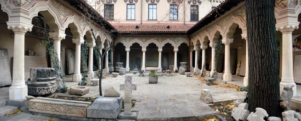 Biserica_Stavropoleos_din_Bucuresti_-_Curtea_cu_lapidariul